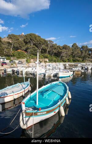 France, Var, Agay commune of Saint-Raphael, Corniche of the Esterel, Cap du Dramont, Pointus, traditional fishing boats in the port of Poussaï - Stock Photo