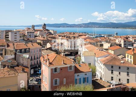 France, Var, Saint-Raphaël, the old center and Notre-Dame de la Victoire basilica, the Maures massif in the background - Stock Photo