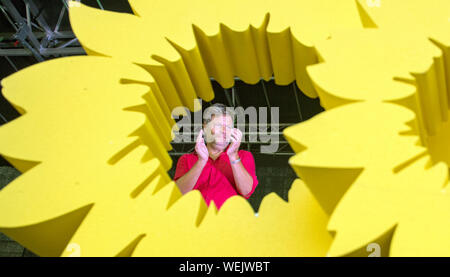 Leipzig, Germany. 30th Aug, 2019. Robert Habeck, federal chairman of Bündnis 90/Die Grünen, stands behind a model of a sunflower at the end of the state election campaign and claps his hands. On 01 September 2019 a new state parliament will be elected in Saxony. Credit: Hendrik Schmidt/dpa-Zentralbild/dpa/Alamy Live News - Stock Photo