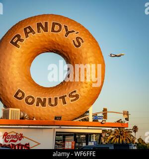 Historic Inglewood donut shop in LAX flight path - Stock Photo