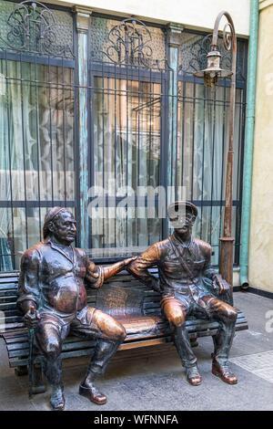 Georgia, Tbilisi, Old Tbilisi or Dzveli Kalaki, bronze statue of a postman and his friend - Stock Photo