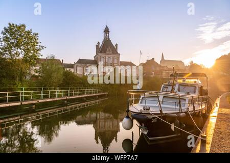 France, Somme, Valley of the Somme, Long, the banks of the Somme in the early morning, along the river - Stock Photo