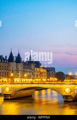 France, Paris, area listed as World Heritage by UNESCO, the Change Bridge and the Conciergerie - Stock Photo