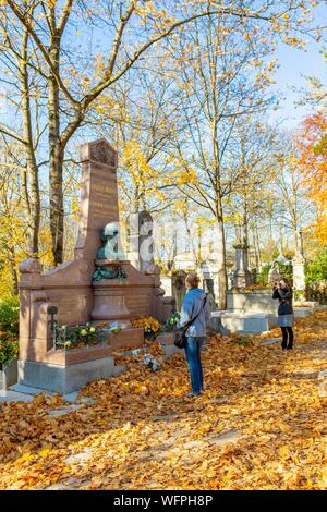 France, Paris, the cemetery of Pere Lachaise in autumn, grave of Hahnemann, founder of Homeopathy - Stock Photo