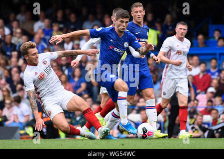 London, UK. 31st Aug, 2019. Christian Pulisic (C) of Chelsea vies with Luke Freeman (1st L) of Sheffield United during the English Premier League match between Chelsea and Sheffield United at Stamford Bridge in London, Britain on Aug. 31, 2019. Credit: Xinhua/Alamy Live News - Stock Photo