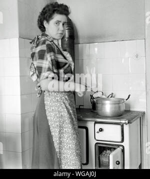 Europa, Deutschland, Hamburg, Hausfrau am Kohleherd beim Kochen, 1950er Jahre .  /  Europe, Germany, Hamburg, housewife near the coal stove,  cooking , 1950th . - Stock Photo