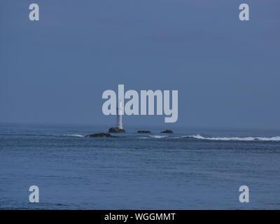 phare des trois pierres , phare blanc de l'île de molène , phare sur rocher en pleine mer , balise rouge , archipel de molène , île de ouessant       . - Stock Photo