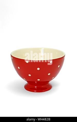 Bol isolé petit déjeuner rouge à pois blancs sur fond blanc éclairage studio à détourer détourage - Stock Photo