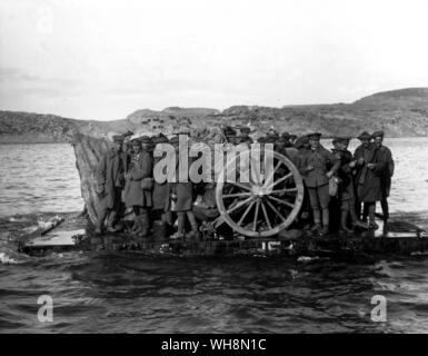 November 1915 the Cabinet decided to evacuate  Gallipoli shows guns and soldiers being evacuated from Suvla by raft on 19 december 1915 - Stock Photo