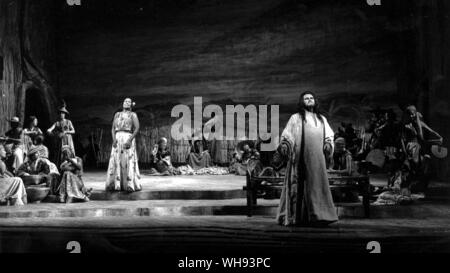 A scene from Saint-Saen's Samson et Dalila at Covent Garden in 1983, with Jon Vickers as Samson and Shirley Verrett as Dalila.. - Stock Photo