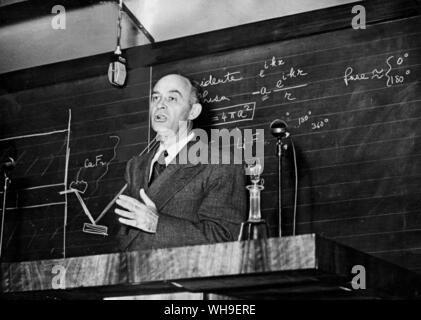 25th October 1949: Atomic scientist and Nobel Prizewinner, Professor Enrico Fermi (1901-1954). Italian born physicist who proved th existence of new r - Stock Photo