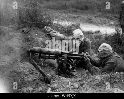WW1: Battle of the Somme. Machine gunners wearing their gas masks, near Ovillers, July 1916. - Stock Photo