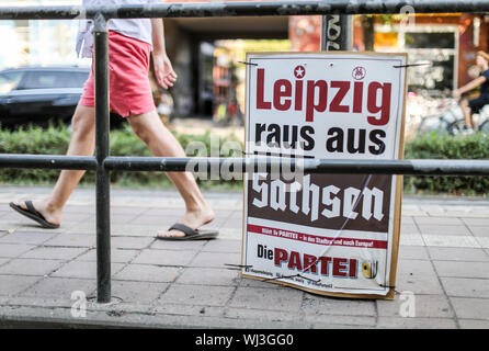 31 August 2019, Saxony, Leipzig: An election poster with the inscription 'Leipzig raus aus Sachsen' by the satirical party 'Die Partei' hangs at a tram stop in Leipzig. The city of Leipzig differs somewhat from the rest of Saxony in the election results. Three out of seven direct mandates went to the Greens and the Left, the AfD went away empty-handed. Photo: Jan Woitas/dpa-Zentralbild/dpa - Stock Photo