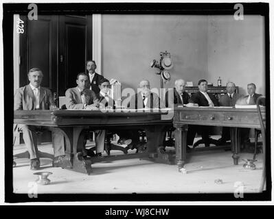 HOUSE COMMITTEE TO INVESTIGATE AMERICAN SUGAR REFINING CO. AND OTHERS. RACKER, JOHN EDWARD OF CALIFORNIA; GARRETT, FINIS JAMES, REP. FROM TENNESSEE, 1905-; HARDWICK, THOMAS WILLIAM, REP. FROM GEORGIA, 1902-1914, CHAIRMAN; MALBY, GEORGE ROLAND, REP. FROM NEW YORK, 1907-1912; FORDNEY, JOSEPH WARREN, REP. FROM MICHIGAN, 1899-1923; MADISON, EDMOND HAGGARD, REP. FROM KANSAS, 1907-1911 - Stock Photo