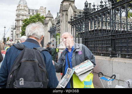 Parliament Square, London, UK. 3 September 2019.  A pro-Brexit demonstrator debates with a member of the public. The Prime Minister, Boris Jonson faces a rebellion by senior Conservative MPs over plans to effectively block the UK leaving the EU without a deal on 31 October. The Tories rebels plan to back a motion in Parliament for a new legislation to delay Brexit until January 2020. Unless the government agrees to a no-deal exit or a new Withdrawal agreement with the EU. - Stock Photo