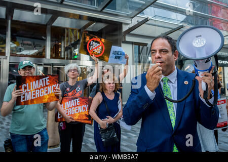 New York, USA. 4th Sep, 2019. NY City Council Member COSTA CONSTANTINIDES along with hundreds of climate activists gathered outside the CNN studios at 30 Hudson Yards where a Town Hall on Climate Policy to tell the leading Democratic Party presidential candidates that it's time for them all to commit to the boldest and fastest climate actions now. Credit: Erik McGregor/ZUMA Wire/Alamy Live News - Stock Photo