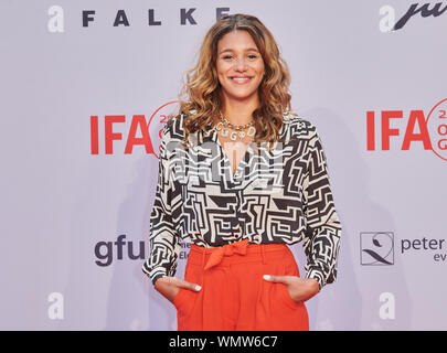 Berlin, Germany. 05th Sep, 2019. The singer Kimberose comes to the gala of the IFA opening. Credit: Annette Riedl/dpa/Alamy Live News - Stock Photo