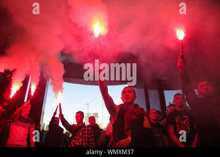Kyiv, Ukraine. 5th Sep, 2019. Ukrainian far-right activists burn flares as they protest against the release of Volodymyr Tsemakh, a 'person of interest' and possible witness of shooting down MH17 passenger plane in 2014, near the Court of Appeals in Kyiv, Ukraine, 05 September 2019. Kyiv's Court of Appeals has ruled to release Volodymyr Tsemakh, a former anti-aircraft unit chief with the Russian proxy forces in Donbas who was believed to be an important witness in the MH17 case, from custody. The preventive measure was changed from detention to a personal recognizance. A video interview m - Stock Photo