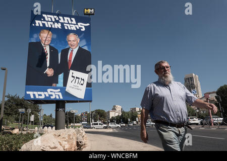 "Jerusalem, Israel. 6th September, 2019. Election banners depict Israeli PM Netanyahu, Head of the Likud Party, with US President Trump, riding on the wave of claimed friendship and intimacy between the two, ahead of round two of the national elections for parliament scheduled for 17th September, 2019. Top of banner reads in Hebrew ""Netanyahu is of another league"". Credit: Nir Alon/Alamy Live News. - Stock Photo"