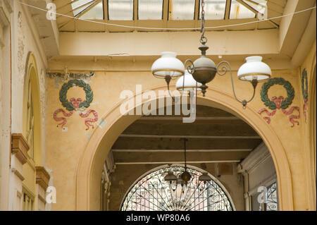 Die Galerie Vivienne ist eine überdachte Ladenpassage mit Glasdach aus der ersten Hälfte des 19. Jahrhunderts im 2. Arrondissement in Paris. Die Galer - Stock Photo