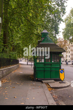 A black cab around cabmen's shelter around Kensignton, London. - Stock Photo