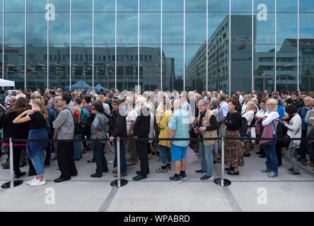 08 September 2019, Saxony-Anhalt, Dessau-Roßlau: Citizens stand in a queue in front of the entrance to the new Bauhaus Museum Dessau. After the opening ceremony, the exhibition can now be visited. The exhibition is entitled 'Versuchsstätte Bauhaus. The Collection'. Around 1000 exhibits will be on show, representing the special and worldwide influence of the legendary school of architecture, art and design. The new building for 28.5 million euros was built according to a design by Spanish architects. The Dessau Bauhaus collection is the second largest in the world. Photo: Hendrik Schmidt/dpa-Ze - Stock Photo