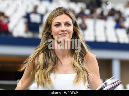 Arlington, Texas, USA. 08th Sep, 2019. Sep 08, 2019: Fox NFL sideline analyst Erin Andrews on the field before an NFL game between the New York Giants and the Dallas Cowboys at AT&T Stadium in Arlington, TX Albert Pena/CSM Credit: Cal Sport Media/Alamy Live News - Stock Photo