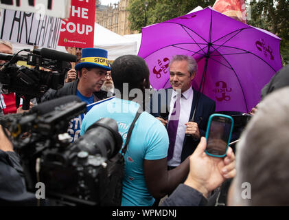 London, UK. 9th September 2019. The leader of UKIP (UK Independence Party) and Steve Bray (a well-known anti-Brexit activist) having a discussion about Brexit on College Green, opposite the Houses of Parliament, surrounded by the press and demonstrators. Mr Steve Bray, also known as 'Mr Stop Brexit, is often heard and seen around the Houses of Parliament, demonstrating with many others against Brexit. Credit: Joe Kuis / Alamy News - Stock Photo