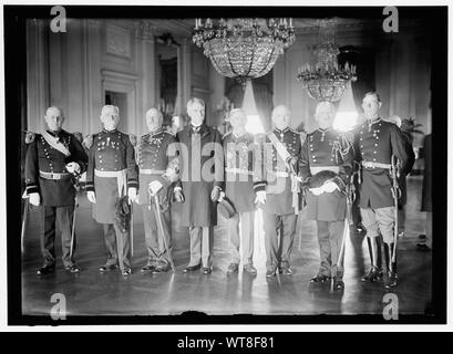MEDAL OF HONOR OFFICERS. GEN. CHARLES F. HUMPHREY; GEN. JOHN M. WILSON; COL. CHARLES H. HEYL; GEN. THEODORE SCHWAN; COL. FREDERICK FUGER; GEN. W.H. CARTER; GEN. A.L. MILLS; LT. GORDON JOHNSTON. PICTURE TAKEN IN EAST ROOM OF WHITE HOUSE, PROBABLY ON NOVEMBER 7, 1910 WHEN MEDAL PRESENTED TO LT. JOHNSTON FOR ACT OF VALOR IN 1906 - Stock Photo