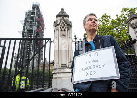"""London, UK. 11 September, 2019. A pro-Remain protester outside Parliament wears a sign reading """"9.9.19 The Day Democracy Died"""" in reference to the proroguing of Parliament by Prime Minister Boris Johnson's Government. Credit: Mark Kerrison/Alamy Live News - Stock Photo"""