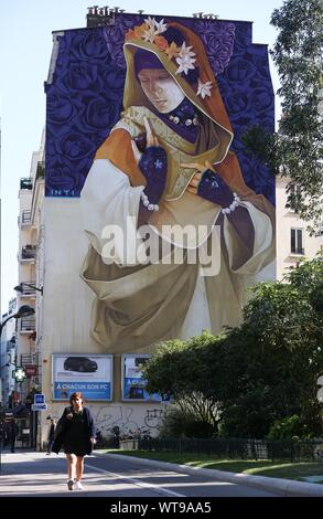 Paris, France. 10th Sep, 2019. A building with mural paintings is seen at the 13th district in Paris, France, Sept. 10, 2019. Credit: Gao Jing/Xinhua/Alamy Live News - Stock Photo