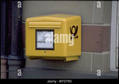 DE,  NRW, Koeln, 1.10.2013: - Gelber Briefkasten - Gelber Postbriefkasten mit Posthorn an einer Hauswand |  DE, NRW - Cologne, 1.10.2013: Letter Box - Yellow Mailbox of the german Post Company |  [ CREDIT: www.picturetom.com - picturetom - Brauweilerstrasse 49 - 50259 Pulheim - phone +49-2238-4788700 - info@picturetom.com - Bank: MLP Bank Heidelberg BLZ 67230000 Konto 4479726794 IBAN: DE53672300004479726794 BIC: MLPBDE61 Steuernummer DE234750682 - use in case of trouble to get in contact: info@picturetom.com - No Model Relaese ]   [#0,26,121#] - Stock Photo