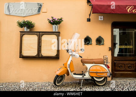 Street scene in Tuscany, scooters in front of cafe - Stock Photo