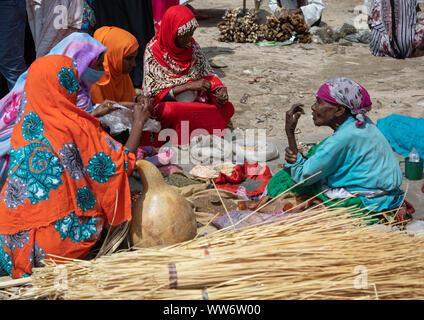 Eritrean women selling their goods at the colourful monday market, Semien-Keih-Bahri, Keren, Eritrea - Stock Photo