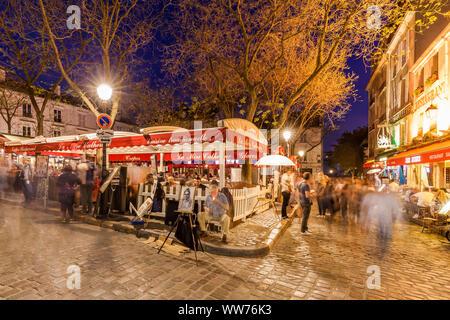 France, Paris, Montmartre, Place du Tertre, restaurant, painter, street scene, people - Stock Photo