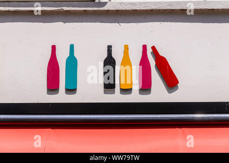 France, Brittany, Finistère Department, Pont-Aven, wine shop - Stock Photo