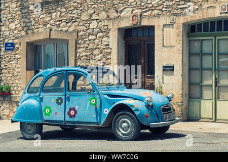 Saint Saturnin, Vaucluse, France, Citroen 2CV 'Duck' in a typical French village, - Stock Photo