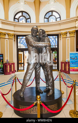 England, Lancanshire, Blackpool, The Winter Gardens, Bronze Statue of Comedians Eric Morecambe and Ernie Wise - Stock Photo