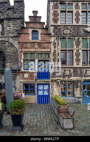 The tiny Tolhuisje (House of Tonlieu) with bright blue door and windows. It is the smallest house in Ghent, which stands on the Graslei. - Stock Photo