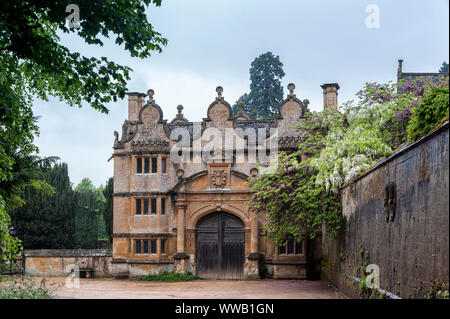 Gatehouse of the Stanway Manor House built in Jacobean period  in guiting yellow stone, in the Cotswold village of Stanway, Gloucestershire, Cotswolds - Stock Photo