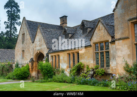 Stanway Manor House built in Jacobean period architecture 1630 in guiting yellow stone, in the Cotswold village of Stanway, Gloucestershire, Cotswolds - Stock Photo