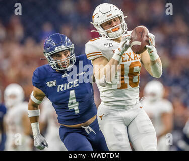 September 14, 2019: Texas Longhorns wide receiver Jake Smith (16) catches a 53-yard touchdown pass against Rice Owls defensive back Prudy Calderon (4) in the NCAA football game between the Texas Longhorns and the Rice Owls at NRG Stadium in Houston, Texas. Texas defeated Rice 48-13. Prentice C. James/CSM - Stock Photo