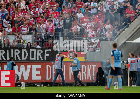 A bang explodes on the sidelines, folders and photographers hold their ears. Soccer 1. Bundesliga, 4.matchday, FC Cologne (K) - Borussia Monchengladbach (MG) 0: 1, on 14/09/2019 in Koeln/Germany. ¬ | usage worldwide - Stock Photo