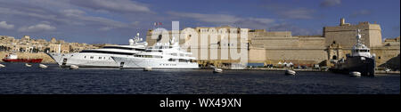 View from Senglea over the marina on Fort St. Angelo in Vittoriosa, in the background Valletta - Stock Photo