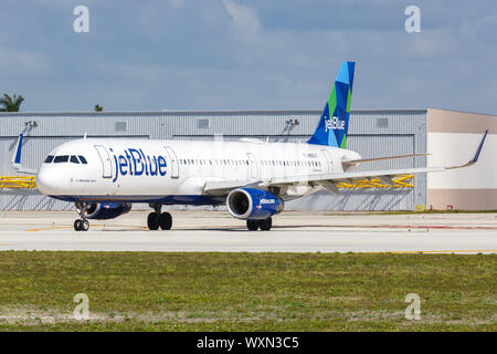 Fort Lauderdale, Florida – April 6, 2019: JetBlue Airbus A321 airplane at Fort Lauderdale airport (FLL) in Florida. - Stock Photo