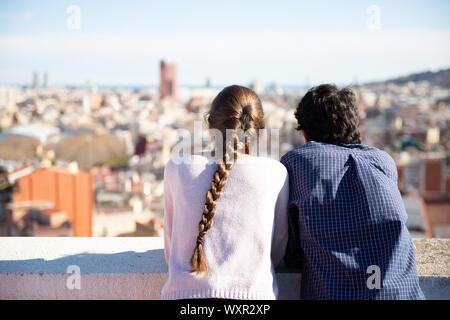 Pareja de novios mirando el paisaje urbano desde la azotea - Stock Photo