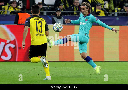 Dortmund, Germany. 17th Sep, 2019. Antoine Griezmann (R) of Barcelona vies with Raphael Guerreiro of Dortmund during the UEFA Champions league group F soccer match between Borussia Dortmund and FC Barcelona in Dortmund, Germany, Sept. 17, 2019. Credit: Joachim Bywaletz/Xinhua - Stock Photo
