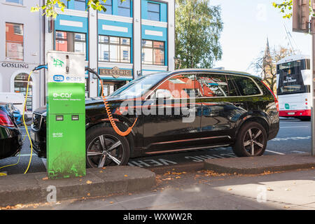 Cork City, Cork, Ireland. 18th September, 2019. A Volvo SUV connected to a charging point on the South Mall in Cork, Ireland. - Credit;  David Creedon - Stock Photo
