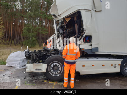 Magdeburg, Germany. 18th Sep, 2019. View of a truck standing between Burg and Lostau after an accident on the A2. According to initial findings, a lorry hit the end of a traffic jam unbraked at a construction site at Schermen. The truck driver and his co-driver were killed in the accident. Credit: dpa picture alliance/Alamy Live News - Stock Photo