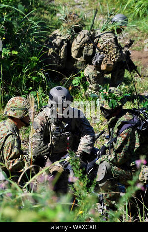 Yamoto, Japan. 17th Sep, 2019. U.S. Army soldiers discuss with member of Japan Ground Self-Defense Force during the joint military exercise 'Orient Shield 2019' Oyanohara Training Area in Kumamoto, Japan on September 17, 2019. Credit: Geisler-Fotopress GmbH/Alamy Live News - Stock Photo